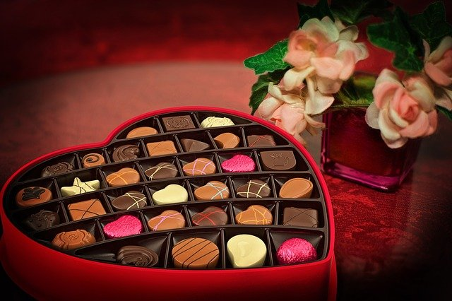 Valentine_Chocolates_with_a_pink_flower_bouquet